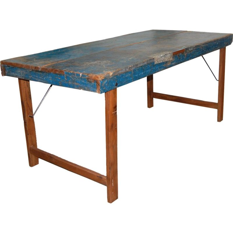 Rustikaler Tisch mit Lackspuren